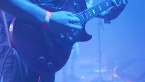 Guitarrista delante de una muchedumbre en un concierto de rock metrajes