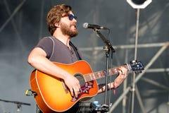 Guitarrista e cantor acústicos de Midlake (grupo de rock popular) no concerto no festival 2014 do som de Heineken primavera Foto de Stock
