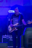 Guitarrista e jogador Markus Bodenseh do contrabaixo de Jazz Ensemble De-Phazz Performing mundialmente famosa no Um-Fest imagens de stock royalty free