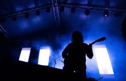 Guitarrista em uma fase que joga a rocha Foto de Stock Royalty Free