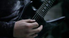 Guitarrista en ensayo almacen de video
