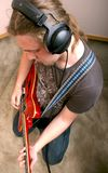 Guitarrista en estudio Fotos de archivo