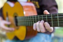 Guitarrista en la calle imágenes de archivo libres de regalías