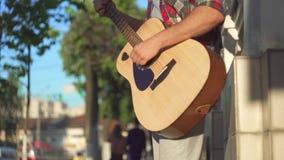Guitarrista irreconhecível da rua do homem na camisa, ensolarada video estoque