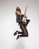 Guitarrista joven aislado en gris Imagen de archivo libre de regalías