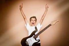 Guitarrista joven con las manos para arriba Fotografía de archivo libre de regalías