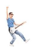 Guitarrista joven entusiasta que toca la guitarra eléctrica Fotos de archivo libres de regalías