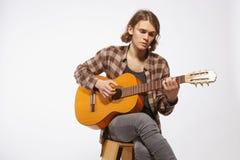 Guitarrista joven que canta una canción Fotografía de archivo libre de regalías