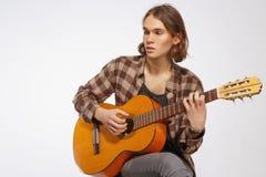 Guitarrista joven que canta una canción Imagenes de archivo