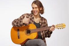 Guitarrista joven que canta una canción Fotos de archivo