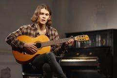 Guitarrista joven que canta una canción Imágenes de archivo libres de regalías