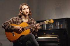 Guitarrista joven que canta una canción Fotografía de archivo