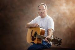 Guitarrista mais idoso com espaço da cópia imagens de stock