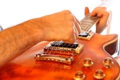 Guitarrista masculino con el instrumento eléctrico Fotos de archivo