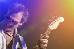 Guitarrista masculino Playing com expressão Disparado com estroboscópios e Ha Imagem de Stock Royalty Free