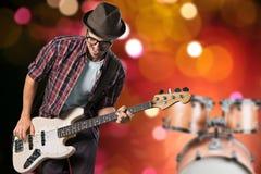 Guitarrista masculino que juega música en fondo borroso imagenes de archivo