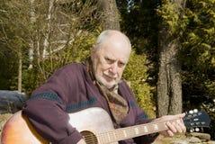 Guitarrista mayor Foto de archivo libre de regalías