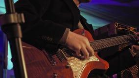 Guitarrista na fase video estoque