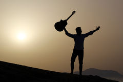 Guitarrista no nascer do sol na praia Fotos de Stock