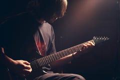 Guitarrista novo Foto de Stock Royalty Free