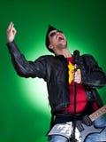 Guitarrista novo que grita Fotografia de Stock Royalty Free
