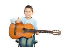 Guitarrista pequeno bem sucedido com guitarra Fotos de Stock Royalty Free