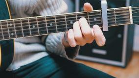 Guitarrista Plays una guitarra acústica almacen de metraje de vídeo