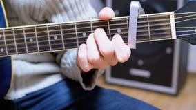 Guitarrista Plays una guitarra acústica almacen de video