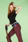 Guitarrista principal rojo femenino feliz del rock-and-roll Imágenes de archivo libres de regalías