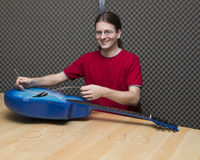 Guitarrista que cambia las secuencias de la guitarra Imagen de archivo