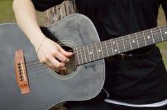 Guitarrista que joga a guitarra preta Fotografia de Stock
