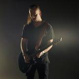 Guitarrista que joga a música rock Fotografia de Stock