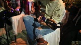Guitarrista que joga uma guitarra acústica filme