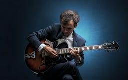Guitarrista que juega en el instrumento con empatía Foto de archivo libre de regalías