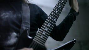 Guitarrista que juega en hangar almacen de metraje de vídeo