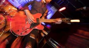 Guitarrista que juega en la guitarra el?ctrica en etapa foto de archivo libre de regalías
