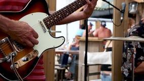 Guitarrista que juega en una banda el día soleado almacen de video