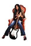Guitarrista que se sienta en butaca. Fotos de archivo