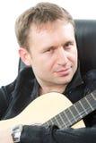 Guitarrista que toca la guitarra acústica de la seis-cadena Fotos de archivo