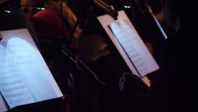 Guitarrista que toca la guitarra acústica Funcionamiento desenchufado en la oscuridad El hombre toca la guitarra en el concierto Imagenes de archivo