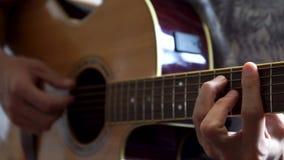 Guitarrista que toca la guitarra ac?stica en estudio almacen de video