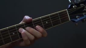 Guitarrista que toca la guitarra ac?stica en estudio metrajes