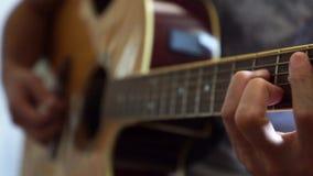 Guitarrista que toca la guitarra ac?stica en estudio almacen de metraje de vídeo