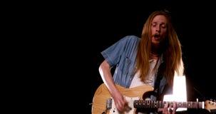Guitarrista que toca la guitarra eléctrica almacen de video