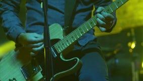 Guitarrista que toca la guitarra en el festival de la roca del aire abierto almacen de video