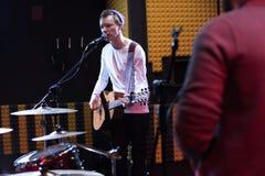 Guitarrista Singing en el ensayo de la banda fotos de archivo