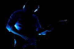 Guitarrista a solas en una demostración Imágenes de archivo libres de regalías