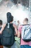 Guitarrista y fans Foto de archivo libre de regalías