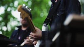 Guitarristas del movimiento de la ciudad jardín que se realizan en escena en el festival del verano almacen de video