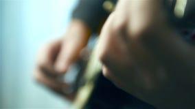 Guitarristas que jogam na guitarra video estoque